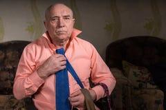 Ο όμορφος λυπημένος ηληκιωμένος προσπαθεί σε έναν μπλε δεσμό Στοκ φωτογραφία με δικαίωμα ελεύθερης χρήσης