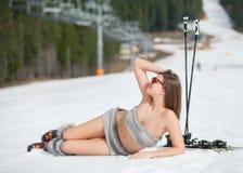 Ο όμορφος χαμογελώντας γυμνός σκιέρ βρίσκεται στη χιονώδη κλίση κοντά στον ανελκυστήρα στο χιονοδρομικό κέντρο Στοκ Εικόνες