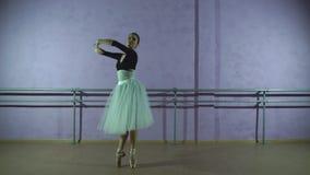 Ο όμορφος χαριτωμένος χορευτής εκτελεί τα στοιχεία του μπαλέτου φιλμ μικρού μήκους