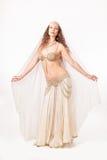 Ο όμορφος χορευτής κοιλιών στο madonna θέτει Στοκ Εικόνες