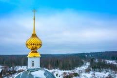 Ο όμορφος χρυσός θόλος εκκλησιών ενάντια στον ουρανό Στοκ φωτογραφία με δικαίωμα ελεύθερης χρήσης
