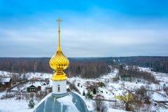 Ο όμορφος χρυσός θόλος εκκλησιών ενάντια στον ουρανό Στοκ Εικόνες