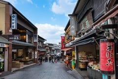 Οδός αγορών στο ναό kiyomizu-Dera στοκ φωτογραφίες με δικαίωμα ελεύθερης χρήσης