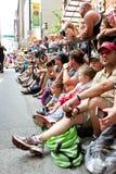 Οδός γραμμών πλήθους στην Ατλάντα για να προσέξει την παρέλαση Con δράκων στοκ εικόνα