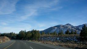 Οδός και βουνά στοκ εικόνες με δικαίωμα ελεύθερης χρήσης
