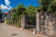 Οδός και κλειστή πύλη στο χωριό Talloires, δίπλα στη λίμνη του Annecy Στοκ Φωτογραφία