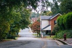 Οδός και σπίτια στην παλαιά ιστορική περιοχή του Σάλεμ, στο Winston στοκ φωτογραφία