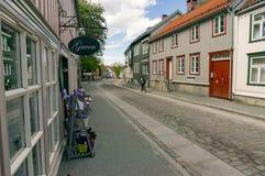 Οδός καταστημάτων πινακίδων και δώρων στην παλαιά πόλη Στοκ εικόνα με δικαίωμα ελεύθερης χρήσης