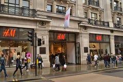 Οδός Λονδίνο αντιβασιλέων καταστημάτων H&M Στοκ εικόνα με δικαίωμα ελεύθερης χρήσης