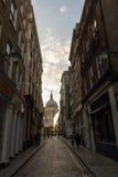 Οδός Λονδίνο Watling με το ST Paul&#x27 καθεδρικός ναός του s Στοκ εικόνα με δικαίωμα ελεύθερης χρήσης