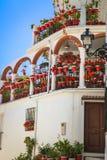 Οδός με τα λουλούδια στη Mijas πόλη, Ισπανία Στοκ εικόνα με δικαίωμα ελεύθερης χρήσης
