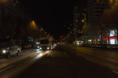 Οδός με την κυκλοφορία τη νύχτα στο Βερολίνο, Γερμανία Στοκ Εικόνες