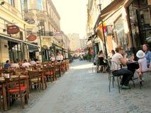 Οδός με τις καφετερίες στην παλαιά πόλη του Βουκουρεστι'ου στοκ εικόνα