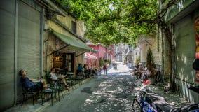 Οδός με τους καφέδες σε Karakoy Ιστανμπούλ Τουρκία Στοκ Εικόνες