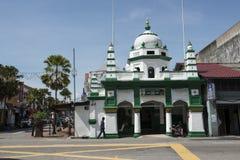 Οδός με το μουσουλμανικό τέμενος στην Τζωρτζτάουν, Μαλαισία στοκ εικόνα