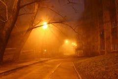 Οδός νύχτας στην ομίχλη Στοκ Φωτογραφία