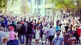 Οδός που γεμίζουν με ένα πολύ πολυάσχολο ανώνυμο θολωμένο πλήθος των ανθρώπων σε σε αργή κίνηση 1920x1080 φιλμ μικρού μήκους