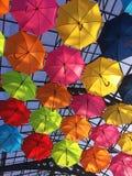 Οδός που διακοσμείται με τις πολύχρωμες ομπρέλες στοκ εικόνες με δικαίωμα ελεύθερης χρήσης