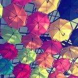 Οδός που διακοσμείται με τις πολύχρωμες ομπρέλες στοκ εικόνα με δικαίωμα ελεύθερης χρήσης