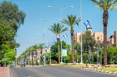 Οδός που διακοσμείται με τις σημαίες για τη ημέρα της ανεξαρτησίας στοκ φωτογραφία με δικαίωμα ελεύθερης χρήσης