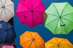Οδός που διακοσμείται με τις χρωματισμένες ομπρέλες Arles, Προβηγκία Γαλλία Στοκ εικόνα με δικαίωμα ελεύθερης χρήσης