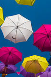 Οδός που διακοσμείται με τις χρωματισμένες ομπρέλες Arles, Προβηγκία Γαλλία Στοκ φωτογραφίες με δικαίωμα ελεύθερης χρήσης