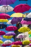Οδός που διακοσμείται με τις χρωματισμένες ομπρέλες Arles, Προβηγκία Γαλλία Στοκ Εικόνες