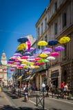 Οδός που διακοσμείται με τις χρωματισμένες ομπρέλες Arles, Προβηγκία Γαλλία Στοκ εικόνες με δικαίωμα ελεύθερης χρήσης