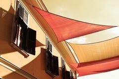 Οδός που διακοσμείται με χρωματισμένων awnings καμβά Στοκ Φωτογραφίες