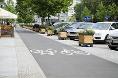 Οδός πόλεων με την πάροδο ποδηλάτων Στοκ Εικόνες