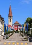 Οδός σε Wallisellen που διακοσμείται με τις σημαίες για το ελβετικό Nationa Στοκ Εικόνα