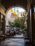 Οδός στην Αθήνα με τις καφετερίες στοκ φωτογραφία με δικαίωμα ελεύθερης χρήσης
