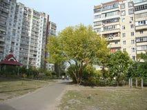 Οδός στην κατοικημένη περιοχή στοκ φωτογραφίες