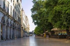 Οδός στην παλαιά πόλη του νησιού της Κέρκυρας, Ελλάδα, νωρίς το πρωί Στοκ φωτογραφία με δικαίωμα ελεύθερης χρήσης