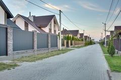 Οδός στη σύγχρονη πόλη εξοχικών σπιτιών Στοκ φωτογραφία με δικαίωμα ελεύθερης χρήσης