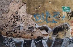 Οδός στο Σαράγεβο, Βοσνία, με τις τρύπες από σφαίρα και τα γκράφιτι Στοκ Εικόνες