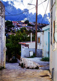 Οδός στο χωριό στα βουνά της Κρήτης Ελλάδα Στοκ φωτογραφία με δικαίωμα ελεύθερης χρήσης