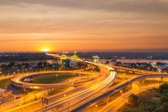 Οδός ταχείας κυκλοφορίας της Μπανγκόκ στο ηλιοβασίλεμα, Ταϊλάνδη στοκ φωτογραφία