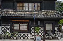 Οδός, τοίχος και ποδήλατο, παλαιό σπίτι στην Ιαπωνία Στοκ φωτογραφία με δικαίωμα ελεύθερης χρήσης