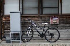 Οδός, τοίχος και ποδήλατο, παλαιό ύφος της Ιαπωνίας σπιτιών Στοκ Φωτογραφία