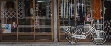 Οδός, τοίχος και ποδήλατο, παλαιό ύφος της Ιαπωνίας σπιτιών Στοκ Φωτογραφίες