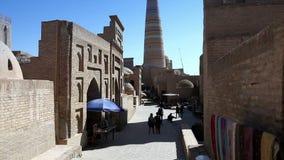 Οδός τουριστών με τα αναμνηστικά στην παλαιά πόλη Khiva Ουζμπεκιστάν απόθεμα βίντεο