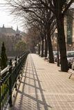 Οδός του Μπιλμπάο με τα δέντρα, πάγκοι και κιγκλιδώματα, μια ηλιόλουστη ημέρα στοκ εικόνες