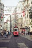 Οδός Istiklal με το νοσταλγικό τραμ στη Ιστανμπούλ Στοκ Εικόνες