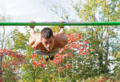Οδός workout Άτομο αθλητών κατά τη διάρκεια του Workout του στο πάρκο Στοκ φωτογραφίες με δικαίωμα ελεύθερης χρήσης
