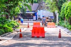 Οδόφραγμα και κώνος για την προστασία περιοχής κατασκευής Στοκ Φωτογραφία
