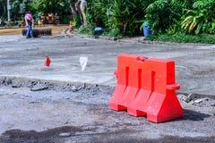 Οδόφραγμα και κώνος για την προστασία περιοχής κατασκευής Στοκ Εικόνα