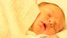 Ο ύπνος και καλυμμένος με τα ενδύματα χαριτωμένο μωρό μετακινείται τον πυροβολισμό απόθεμα βίντεο