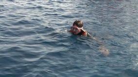 Ο δύτης γυναικών βουτά στα βατραχοπέδιλα υποβρύχια στη Ερυθρά Θάλασσα απόθεμα βίντεο