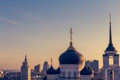 Ο Annunciation καθεδρικός ναός στο κέντρο της πόλης Voronezh, Ρωσία στην πλάτη ηλιοβασιλέματος Στοκ Εικόνες